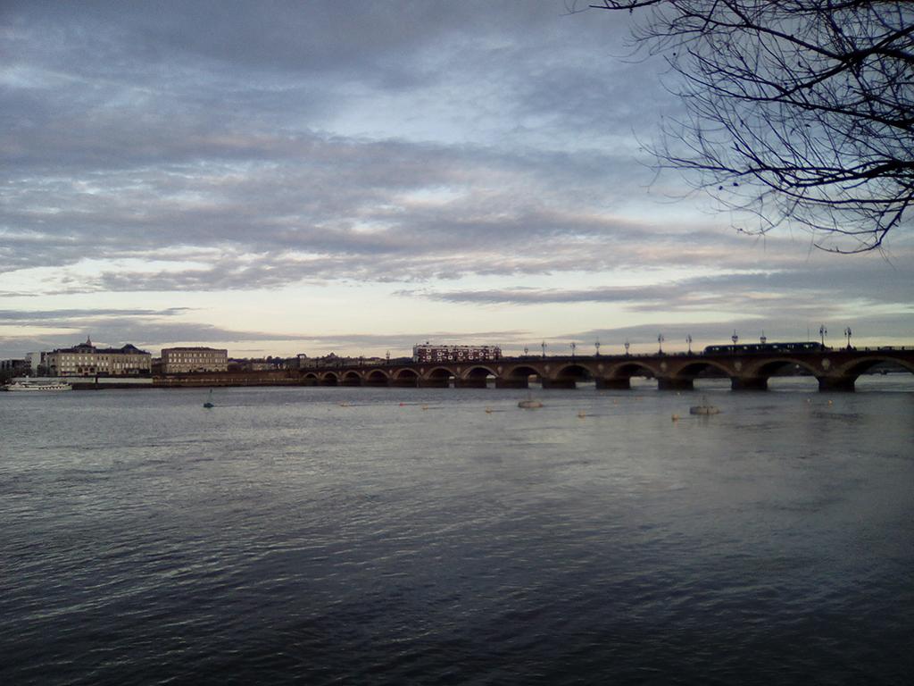 bordeaux, pont de pierre, rive gauche, ciel, nuageux, reflets, photo armand neble, AN-GRAFIK © 2017